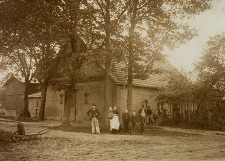 Wohnhaus Scheeßeler Straße 30 in Sittensen, mit angrenzenden landwirtschaftlichen Stallungen und Lagerhalle um 1910